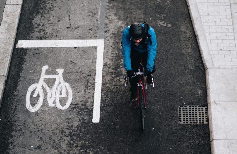 Faire du vélo par temps pluvieux: les 5 réflexes à adopter